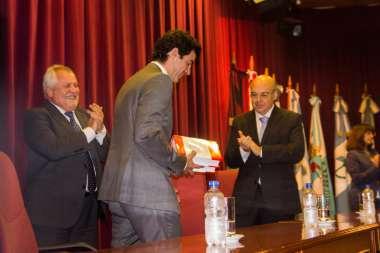 Foto: El gobernador Juan Manuel Urtubey recibió de regalo los dos tomos de la obra.