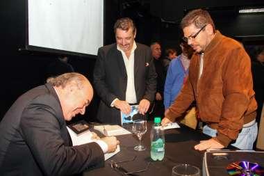 Foto: Tras la presentación, los asistentes hicieron autografiar sus libros