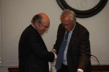 Foto: Cornejo recibió medalla y pergamino como académico correspondiente