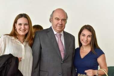 Foto: Abel Cornejo junto a la Dra. Cecilia Carraro y a la Lic. Mónica Abilés