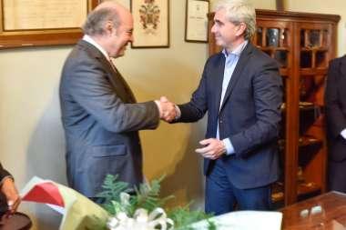 Foto: El Ministro de Cultura Juan Manuel Lavallén felicita al Dr. Abel Cornejo en su nueva función