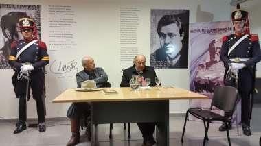 Foto: Abel Cornejo durante su disertación en la Biblioteca Provincial