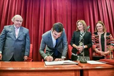 Foto: Momento de la firma del acta, juramento Dr. Abel Cornejo.